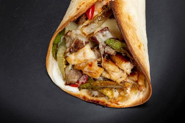 Delicioso taco tradicional con carne y verduras.