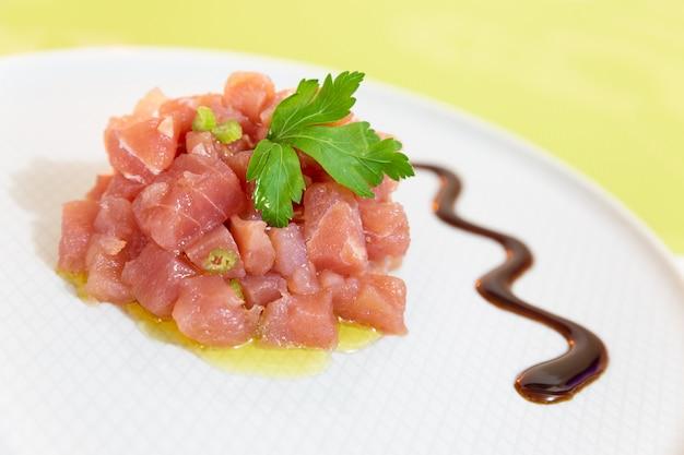 Un delicioso tartar de atún mediterráneo fresco.
