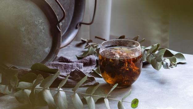 Delicioso té de hierbas caliente con plantas.