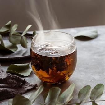 Delicioso té de hierbas caliente