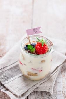 Delicioso tiramisú con fruta decorativa