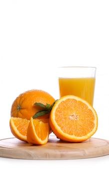 Delicioso vaso de jugo de naranja