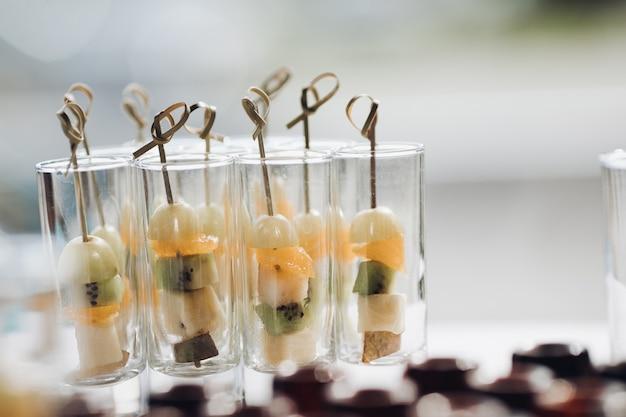 Deliciosos aperitivos de frutas saludables en celebración concepto de catering, postres, arreglo y decoración.