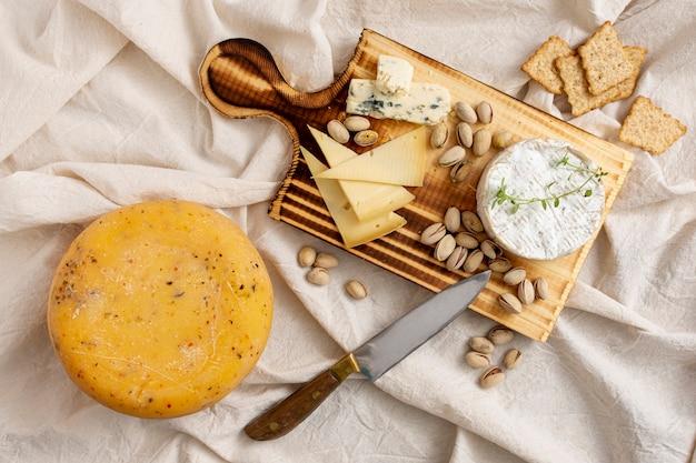 Deliciosos aperitivos gourmet en un tablero