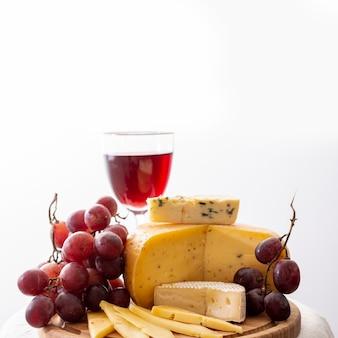 Deliciosos aperitivos en una tabla de madera