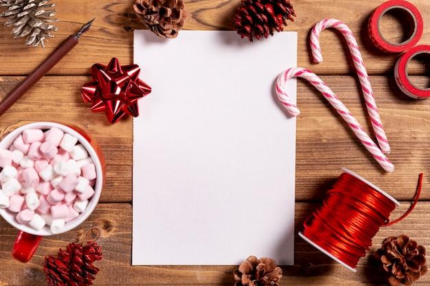 Deliciosos bastones de navidad y hoja en blanco