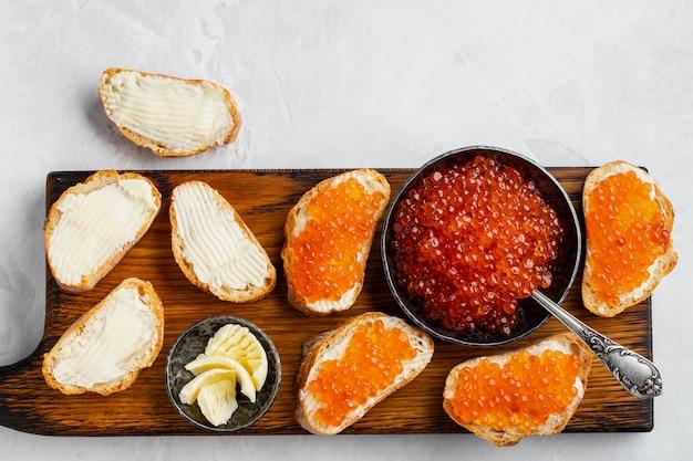 Deliciosos bocadillos con caviar rojo.