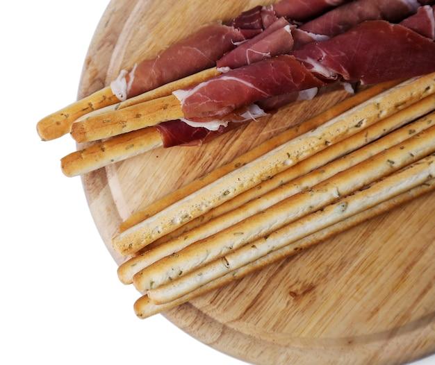 Deliciosos bocadillos en tablero de madera