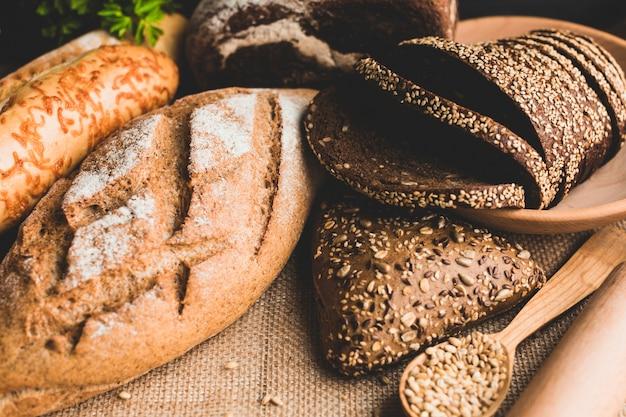 Deliciosos bollos de pan horneado