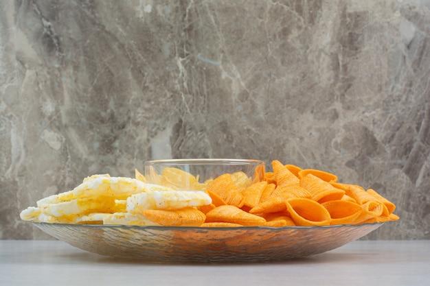 Deliciosos camarones frescos con chips crujientes en placa de vidrio. foto de alta calidad