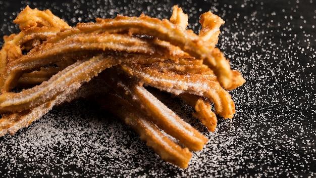 Deliciosos churros fritos con azúcar alta vista