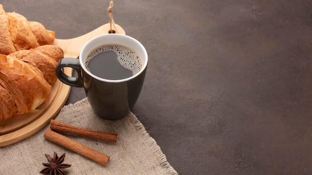 Deliciosos cruasanes y café.