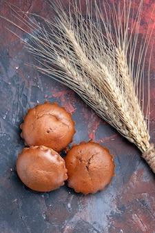 Deliciosos cupcakes los apetitosos cupcakes junto a las espigas de trigo