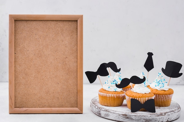 Deliciosos cupcakes para el día y el marco del padre