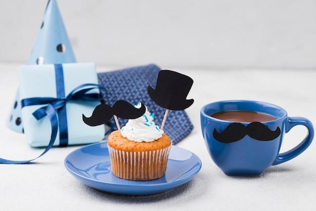 Deliciosos cupcakes para el día del padre y café.