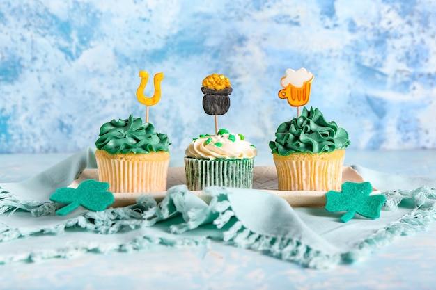 Deliciosos cupcakes para el día de san patricio en la superficie de color