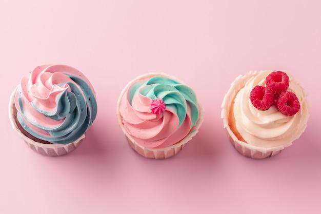 Deliciosos cupcakes dulces en rosa claro