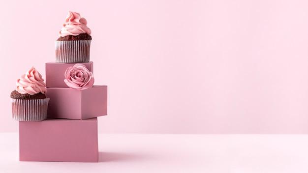 Deliciosos cupcakes con espacio de copia
