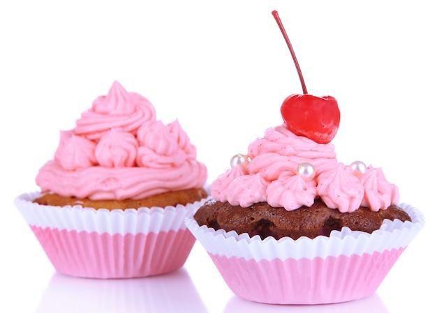 Deliciosos cupcakes hermosos aislados en blanco