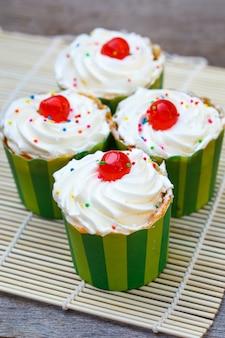 Deliciosos cupcakes en el piso de madera