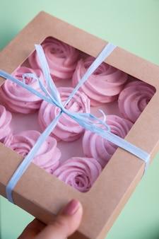 Deliciosos cupcakes rosas con corazones. caja de regalo para el día de san valentín, feliz cumpleaños, regalo de bodas.