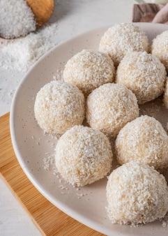 Deliciosos dulces de coco de alto ángulo