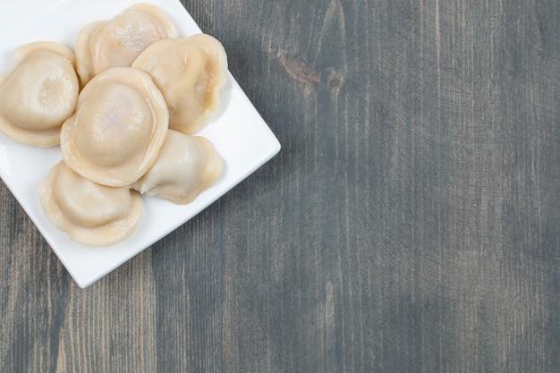 Deliciosos dumplings en un plato blanco