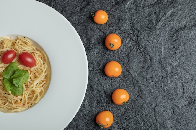 Deliciosos espaguetis con verduras y tomate cherry.