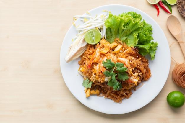 Deliciosos fideos de arroz integral con camarones