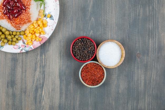 Deliciosos frijoles con maíz, guisantes y arroz
