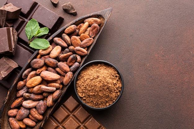 Deliciosos granos de cacao copia espacio