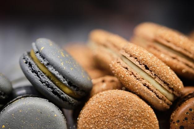 Deliciosos y hermosos macarrones marrones y grises en venta.
