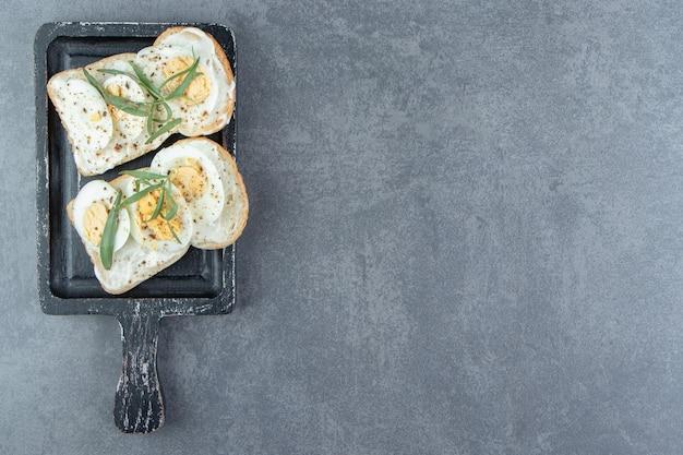 Deliciosos huevos duros sobre pan tostado