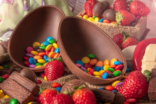 Deliciosos huevos de pascua de chocolate, conejito y dulces.