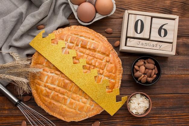 Deliciosos ingredientes de postre de tarta de epifanía y corona