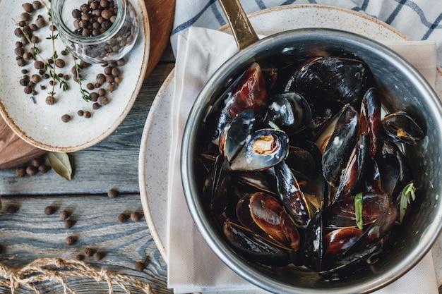 Deliciosos mejillones de marisco con salsa