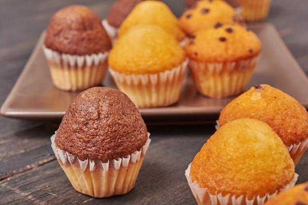 Deliciosos mini muffins con sabor a chocolate para el desayuno.