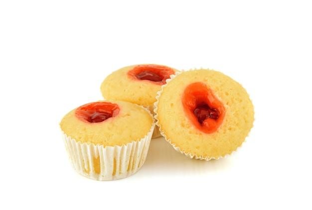 Deliciosos muffins de frambuesa sobre fondo blanco.