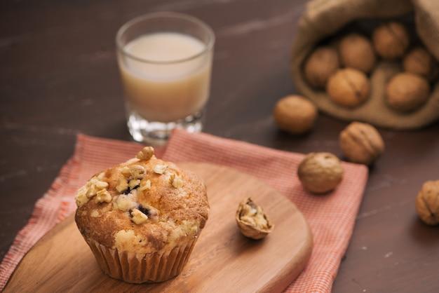 Deliciosos muffins de nuez caseros en la mesa. pasteles dulces