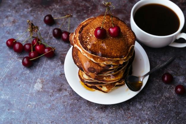 Deliciosos panqueques y desayuno taza de café.