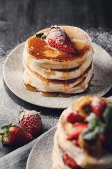 Deliciosos panqueques con fresas y miel