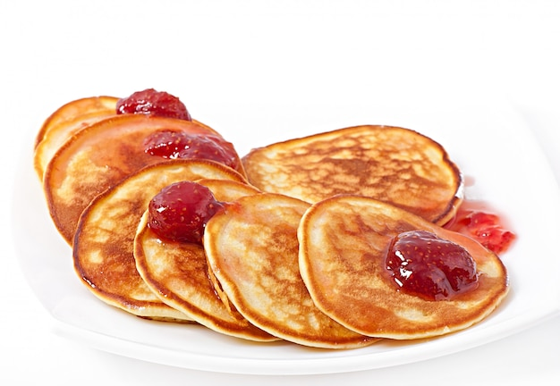 Deliciosos panqueques con mermelada de fresa