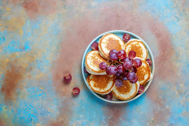 Deliciosos panqueques con uvas rojas.