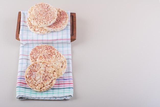 Deliciosos pasteles de arroz con mantel en mesa blanca. foto de alta calidad