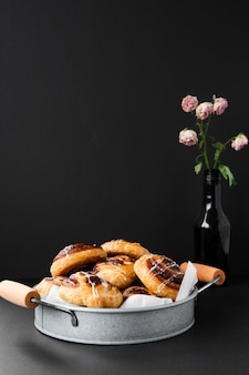 Deliciosos pasteles en una bandeja con flores.