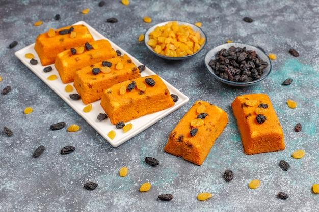 Deliciosos pasteles caseros de frutas pequeñas, pasteles de pasas, vista superior