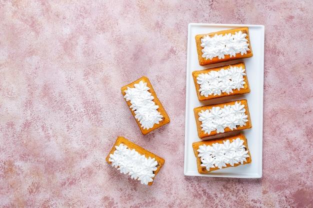 Deliciosos pasteles caseros de frutas pequeñas, pasteles de pasas