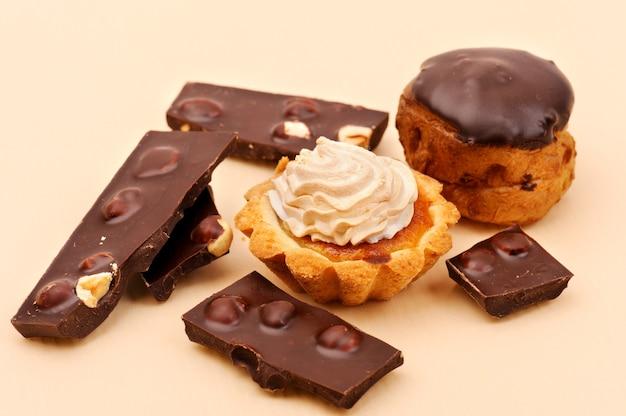 Deliciosos pasteles y chocolate.