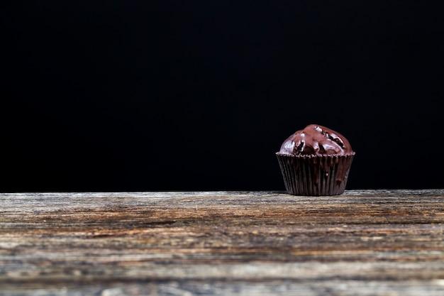 Deliciosos pasteles hechos de masa y trozos de chocolate durante el postre.