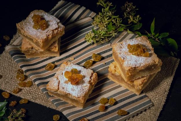 Deliciosos pasteles de pasas sobre tela de arpillera.